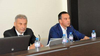 Докладната записка е входирана от кмета Димитър Николов (вдясно). Снимки Лина Главинова
