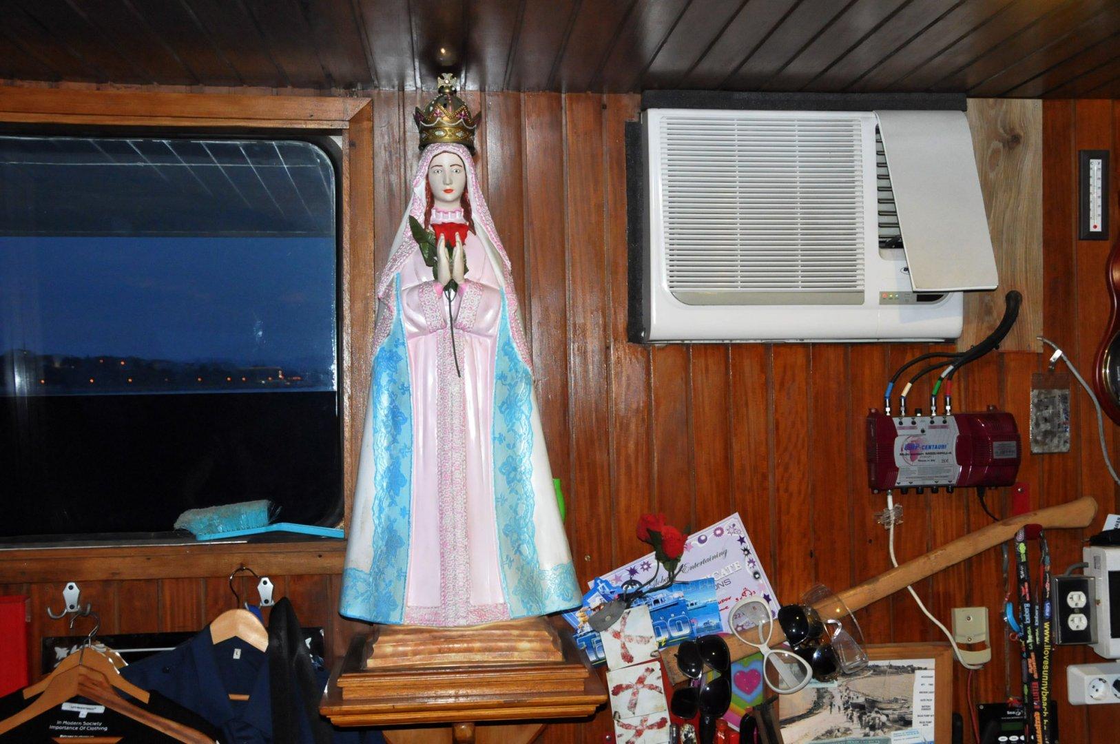 Фигурата на Мадоната стои в кабината на капитана. Снимки Лина Главинова