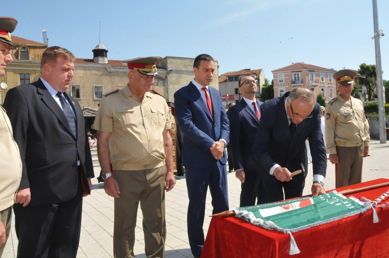 Директорът Коста Папазов извърши церемонията забиване на гвоздей на знамето. Снимки Лина Главинова
