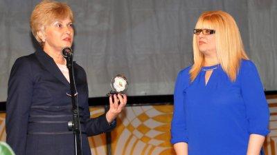 Виолета Илиева (вляво) връчи почетния вимпел на РУО - Бургас на директора Снежана Няголова. Снимки Лина Главинова