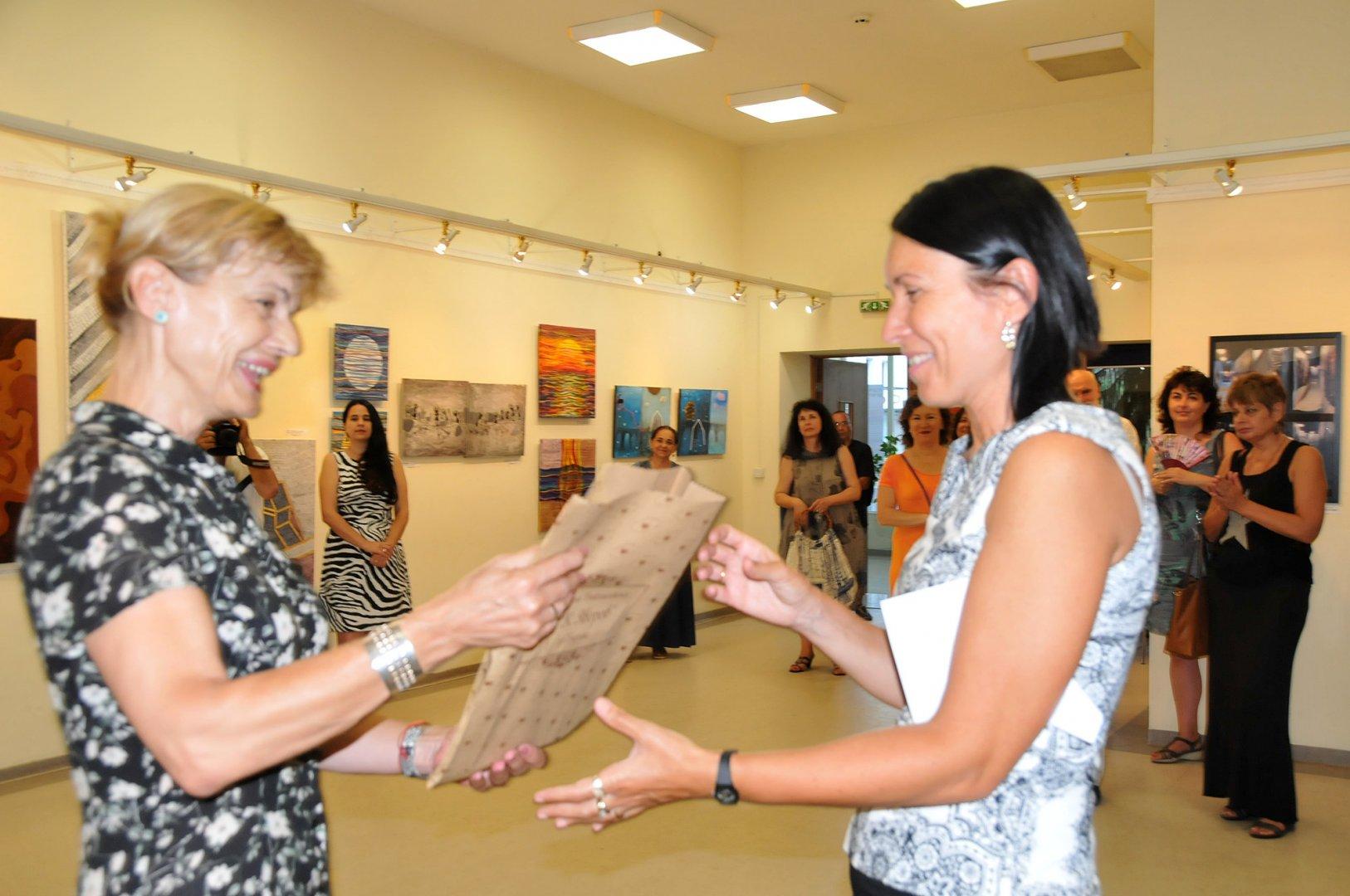Директорът на библиотеката Мария Бенчева (вляво) подари книга с поезията на Петя Дубарова на английски език. Снимки Лина Главинова