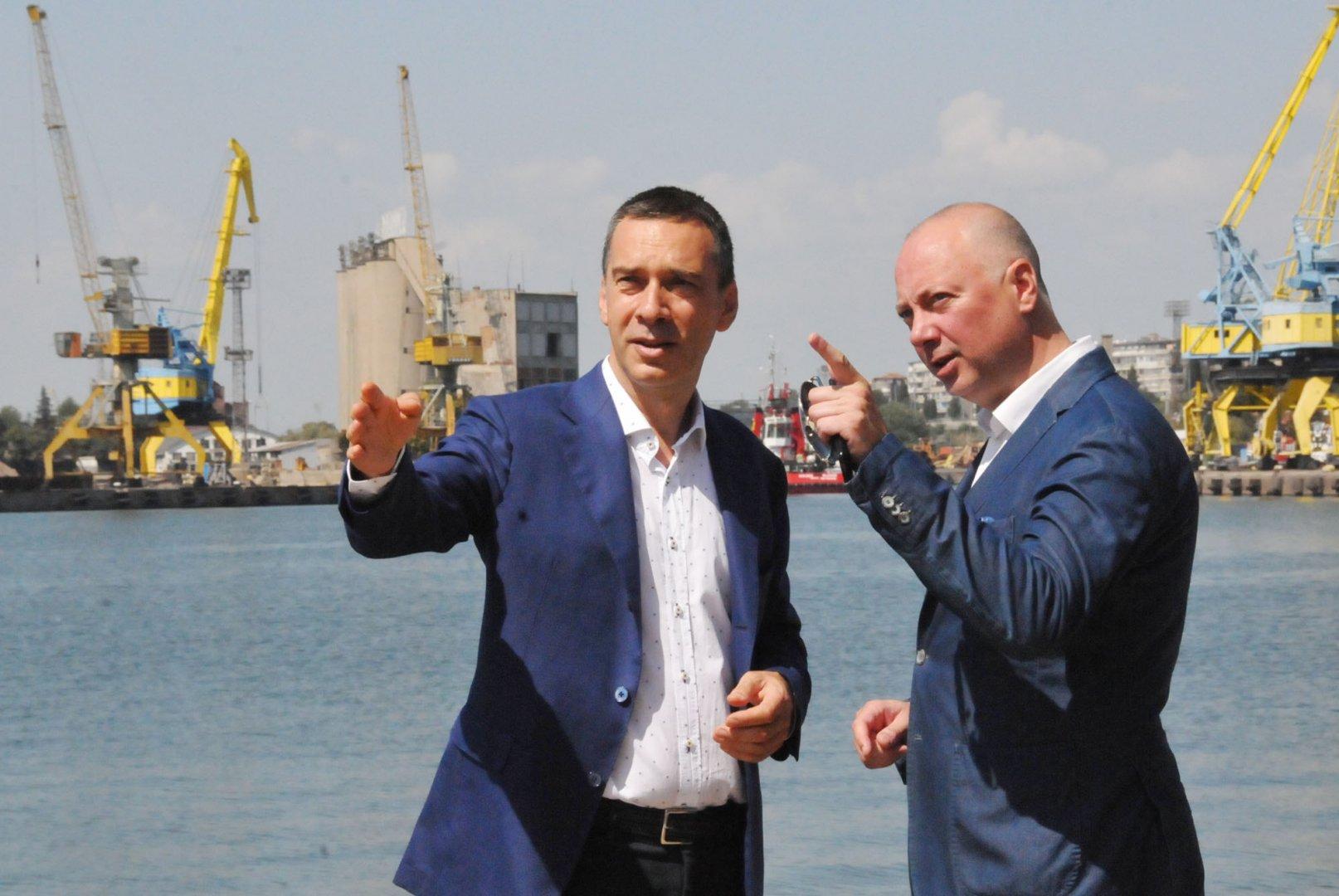 Кметът на Бургас Димитър Николов (вляво) поиска съдействие от министър Желязков. Снимки Лина Главинова