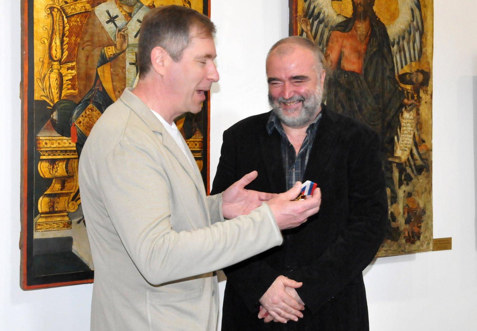 Климент Атанасов (вдясно) е първият български художник, носител на орден Чест и мъжество. Снимка Лина Главинова