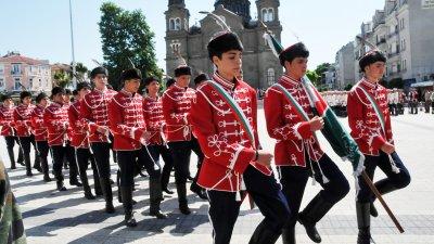 Учениците от ПГЕЕ получиха официално гвардейското знаме на специална церемония. Снимка Архив Черноморие-бг