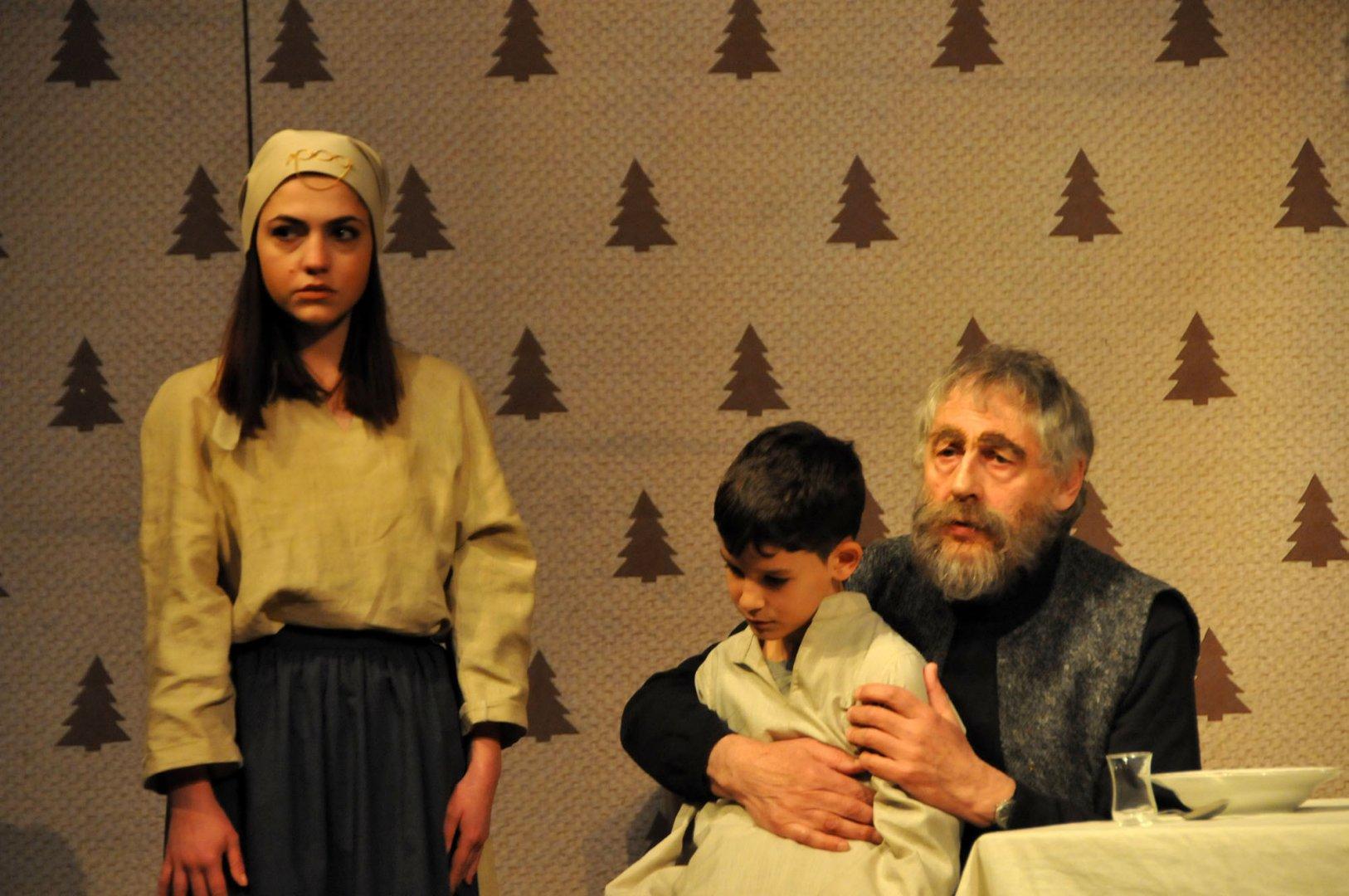 Рашко Младенов влиза в ролята на Йордан Герака в спектакъла Гераците. Снимка Лина Главинова