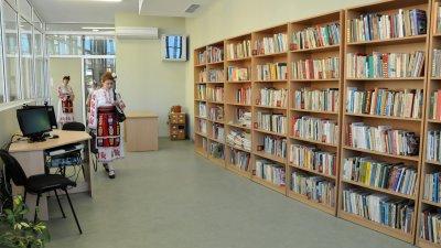 С дарените книги ще бъде попълнен фонда на читалищните и училищни библиотеки в Поморие. Снимки Лина Главинова