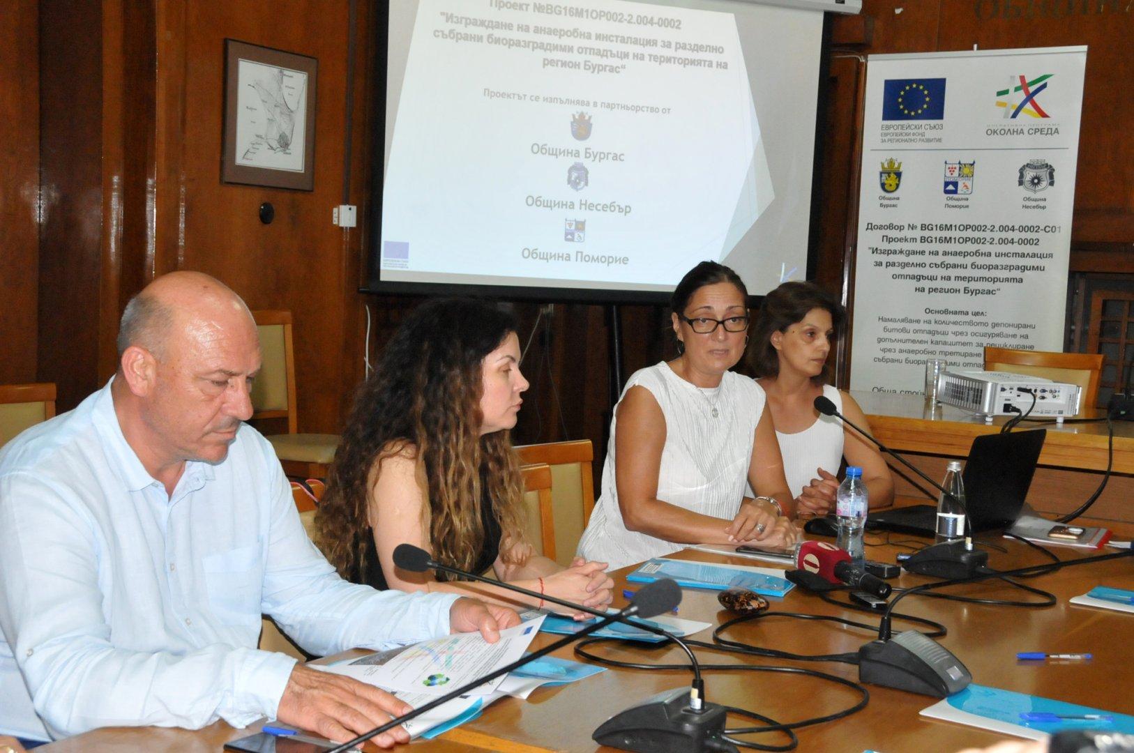 Зам.-кметът Руска Бояджиева (втората отдясно наляво) разясни ползите от проекта. Снимка Лина Главинова