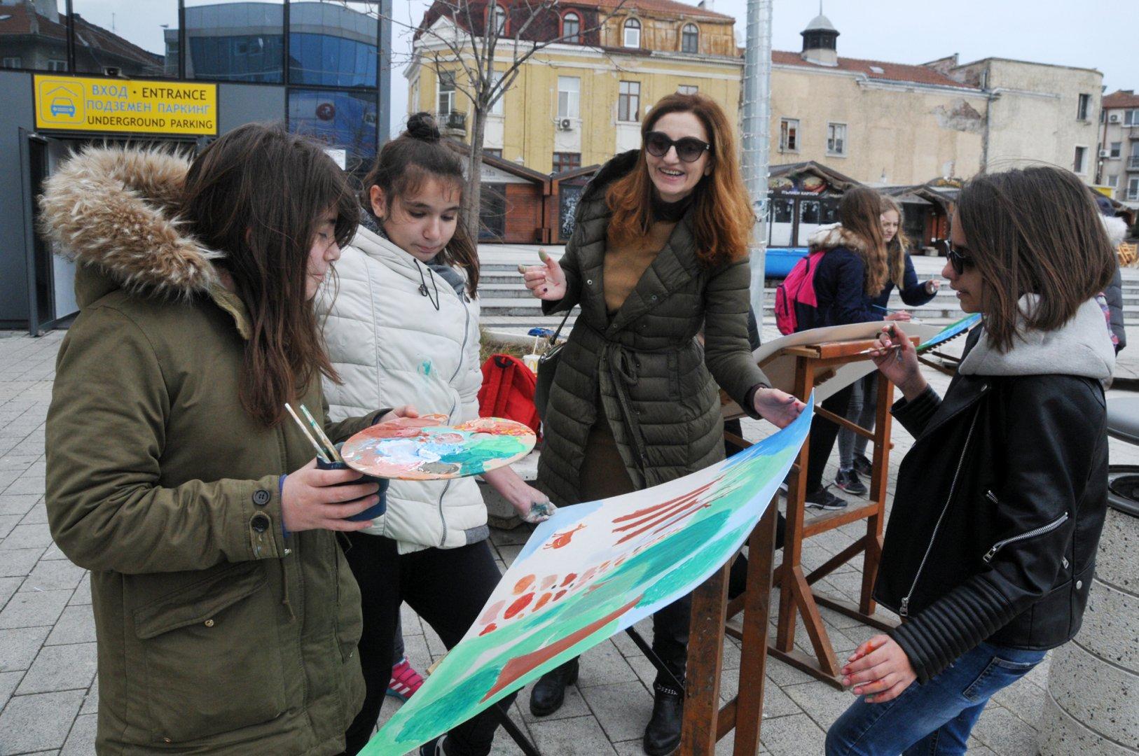 Преподавателят по изобразително изкуство Таня Стоянова рисува заедно с учениците си. Снимки Лина Главинова
