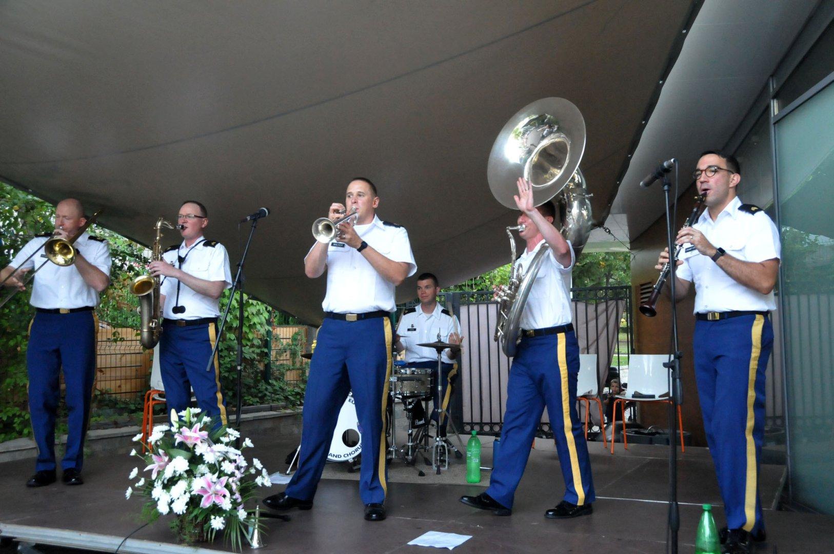 Американската Диксиленд група към Оркестъра на Въоръжените сили на САЩ в Европа изнесе едночасов концерт пред бургазлии. Снимки Лина Главинова