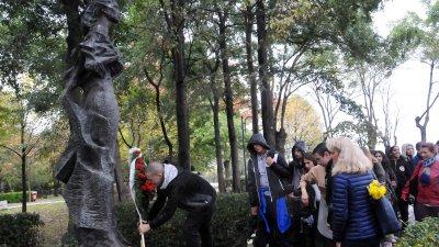 Дъждът не спря учениците да поставят венец пред паметника на Петя Дубарова. Снимки Лина Главинова