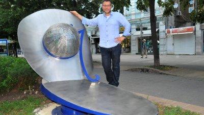 Пластиката Шапката на проф. Светозар Бенчев е една от 5-те, които ще красят градското пространство в Бургас. Снимки Лина Главинова