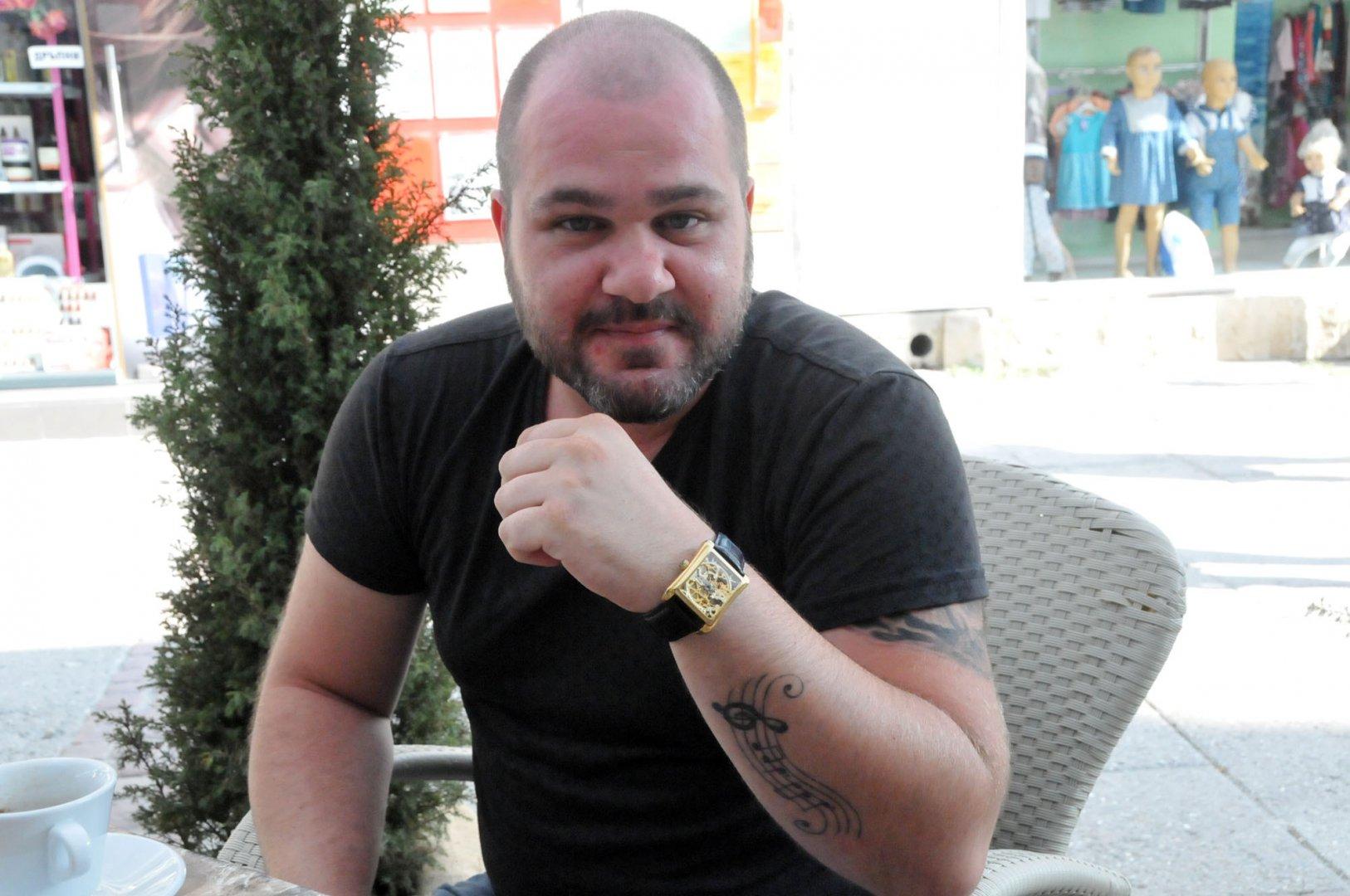 На ръката си Миро е татуирал фразата от песента Вярвай в себе си. Снимка Лина Главинова