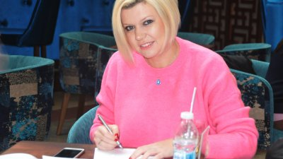 Ажда Чаушева подготвя дебютната си стихосбирка. Снимки Лина Главинова