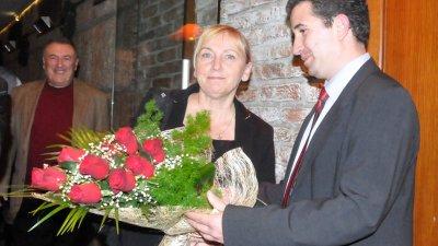 С червени рози посрещнаха Елена Йончева в Бургас. Снимки Лина Главинова
