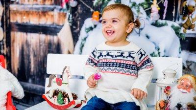 Дарена е на година и пет месеца и това е нейната втора Коледа