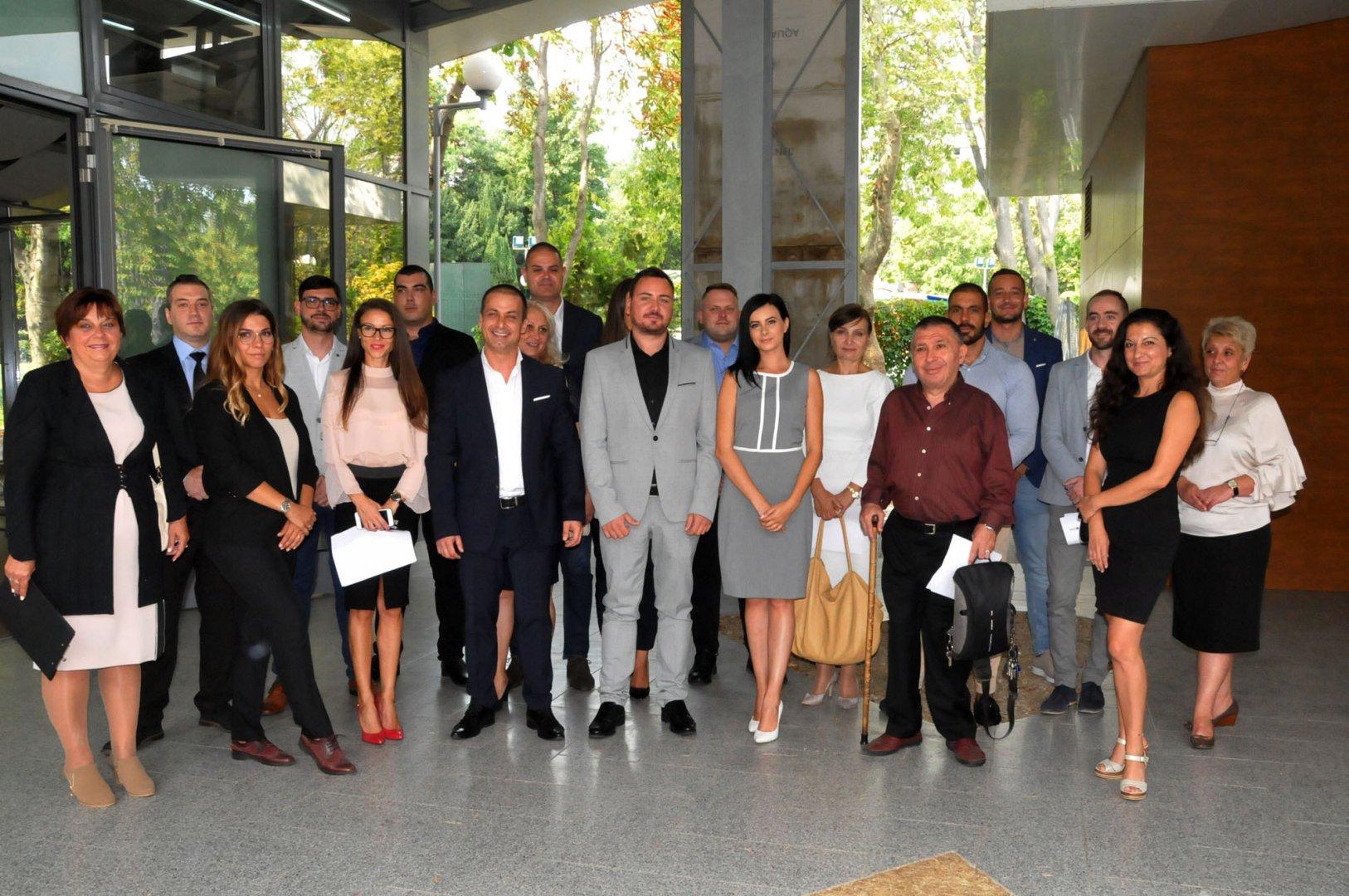 Живко Табаков (в средата) представи част от отбора си, с който ще се яви на местните избори. Снимка Лина Главинова