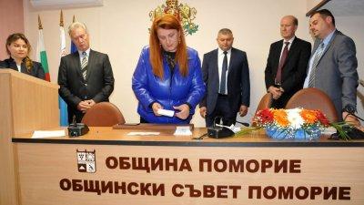 Катя Христофорова (на преден план), Никодим Стоянов (вторият отдясно наляво) и Бейхан Мустафа (третият отдясно наляво) станаха зам.-председатели на ОбС. Снимка Архив Черноморие-бг