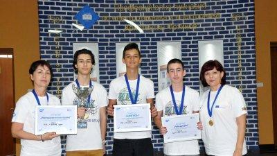 Възпитаниците на ПГЕЕ Константин Фотинов грабнаха шампионската купа в националното състезание по роботика. Снимки Лина Главинова