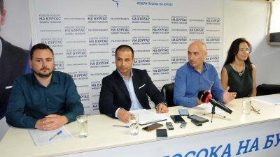 Живко Табаков (вторият отляво надясно) обяви новината на нарочен брифинг. Снимка Лина Главинова