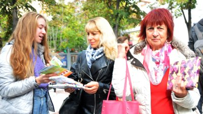 Младежи от клуб Ротаракт Пиргос - Бургас раздадоха 300 книги на минувачите навръх днешния 1-ви ноември - Ден на народните будители. Снимки Лина Главинова