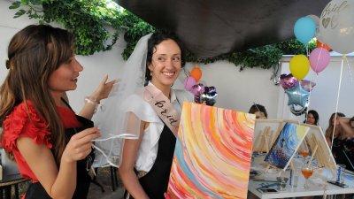 Северина (вляво) организира партито на приятелката си Жанета. Снимки Лина Главинова