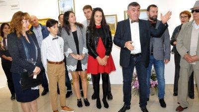 Виолета Рачева (със сивото сако) получи предложение за брак. Снимки Лина Главинова