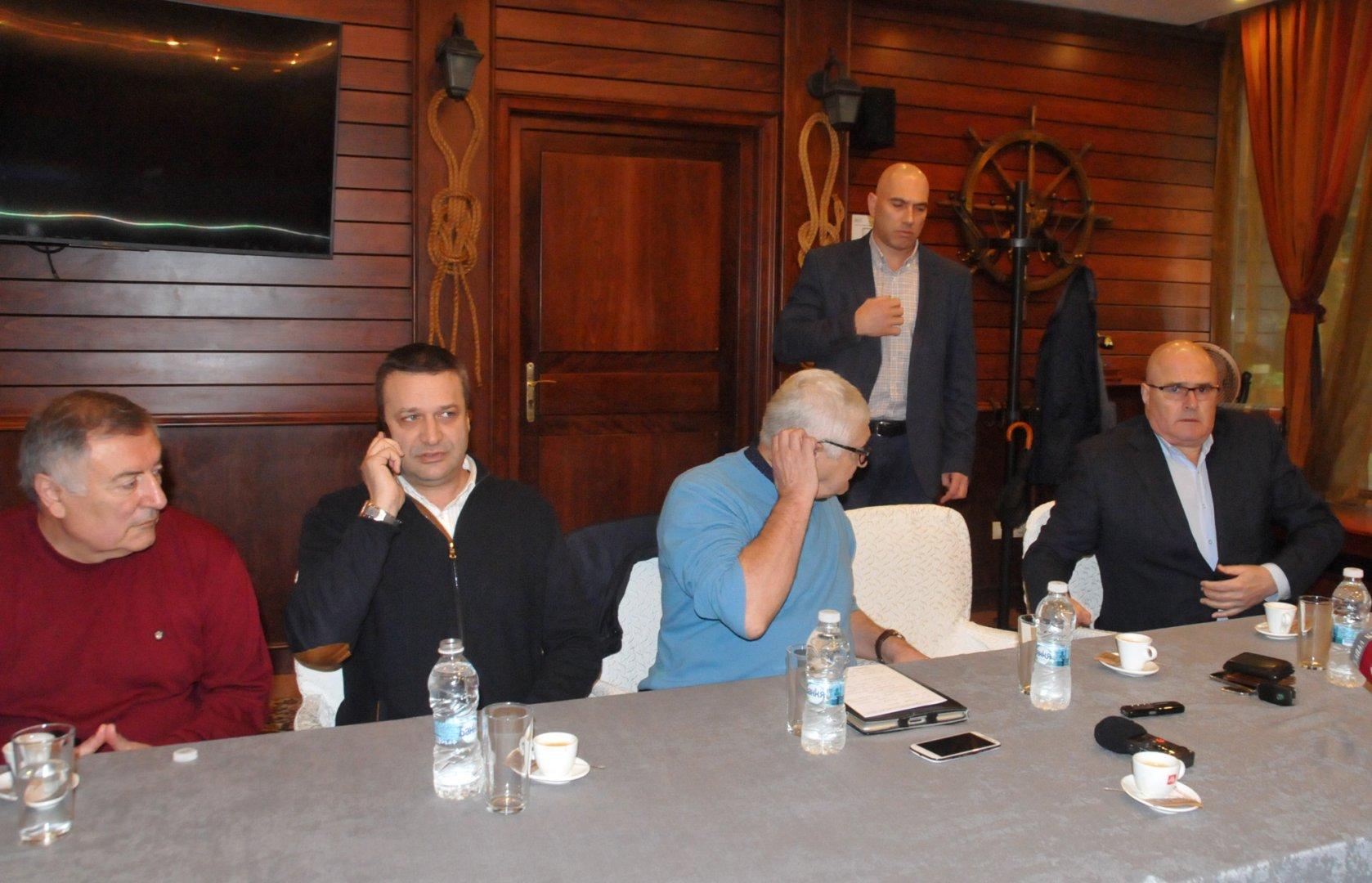 Николай Тишев (четвъртият отляво надясно) и Димитър Стоянов (до него вдясно на снимката) са кандидатите за кмет на БСП. Снимка Архив Черноморие-бг