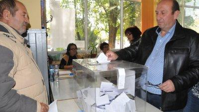 Иван Жабов гласува в ранния следобед днес. Снимка Лина Главинова