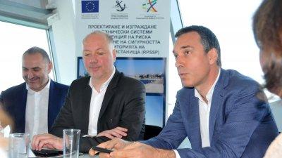 Министърът на транспорта Росен Желязков (в средата) взе участие в заключителната пресконференция по проекта. Снимки Лина Главинова