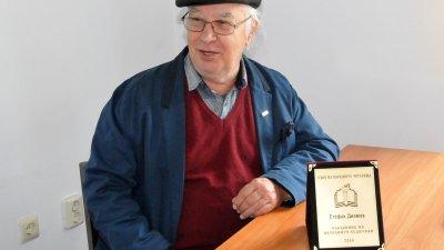 Стефан Диомов донесе наградата си в редакцията на Черноморие. Снимка Лина Главинова