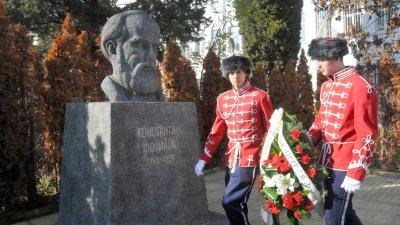 Учениците от ПГЕЕ Константин Фотинов почетоха паметта на патрона си. Снимки Лина Главинова