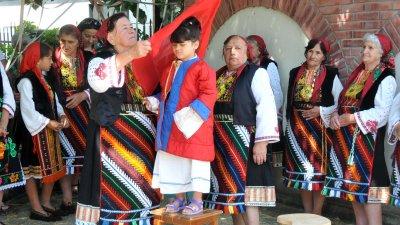 Жените от група Факийски белки забулиха 4-годишната Фани, която влезе в ролята на Еньова буля. Снимки Лина Главинова