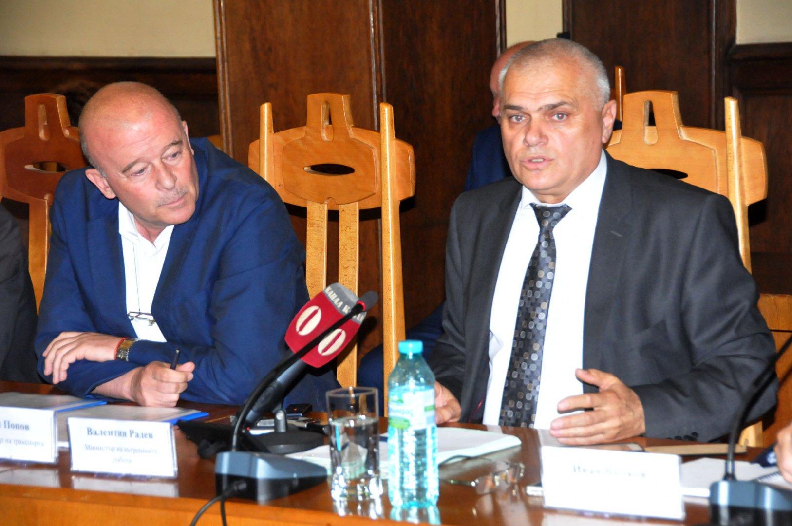 МВР министърът (вдясно) участва в общественото обсъждане в Бургас. Снимки Лина Главинова