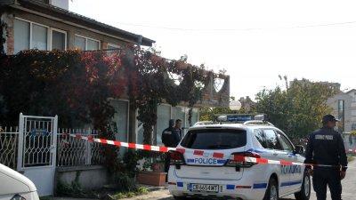Полицейски патрул е пред дома на убитата Яна. Снимки Лина Главинова