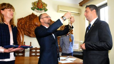 Областният управител Вълчо Чолаков (вляво) сложи оръглицата на кмета на Царево Георги Лапчев на тържествената сесия на ОбС. Снимки Лина Главинова