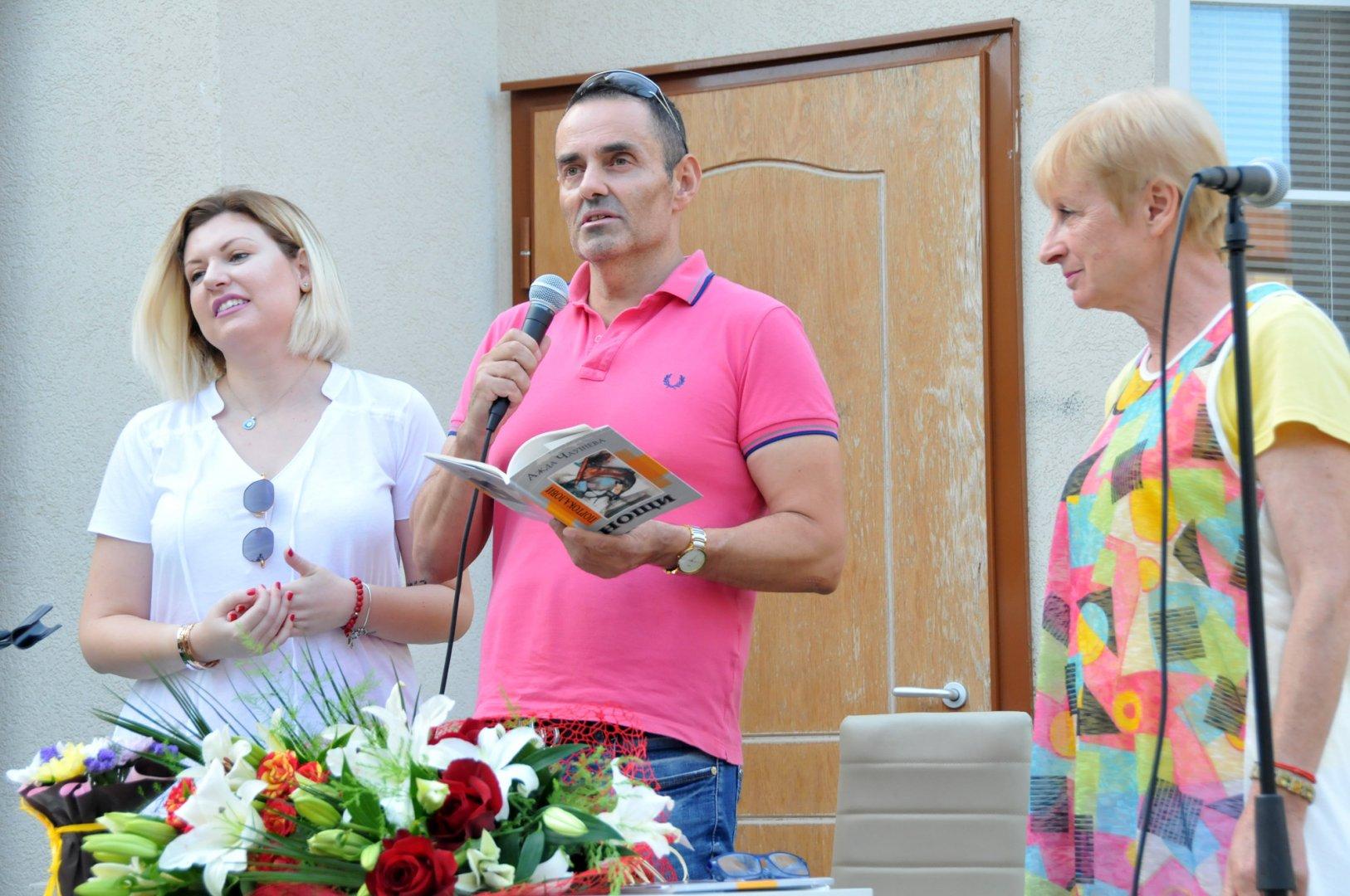 Ажда представи първата си литературна рожба. Снимки Лина Главинова