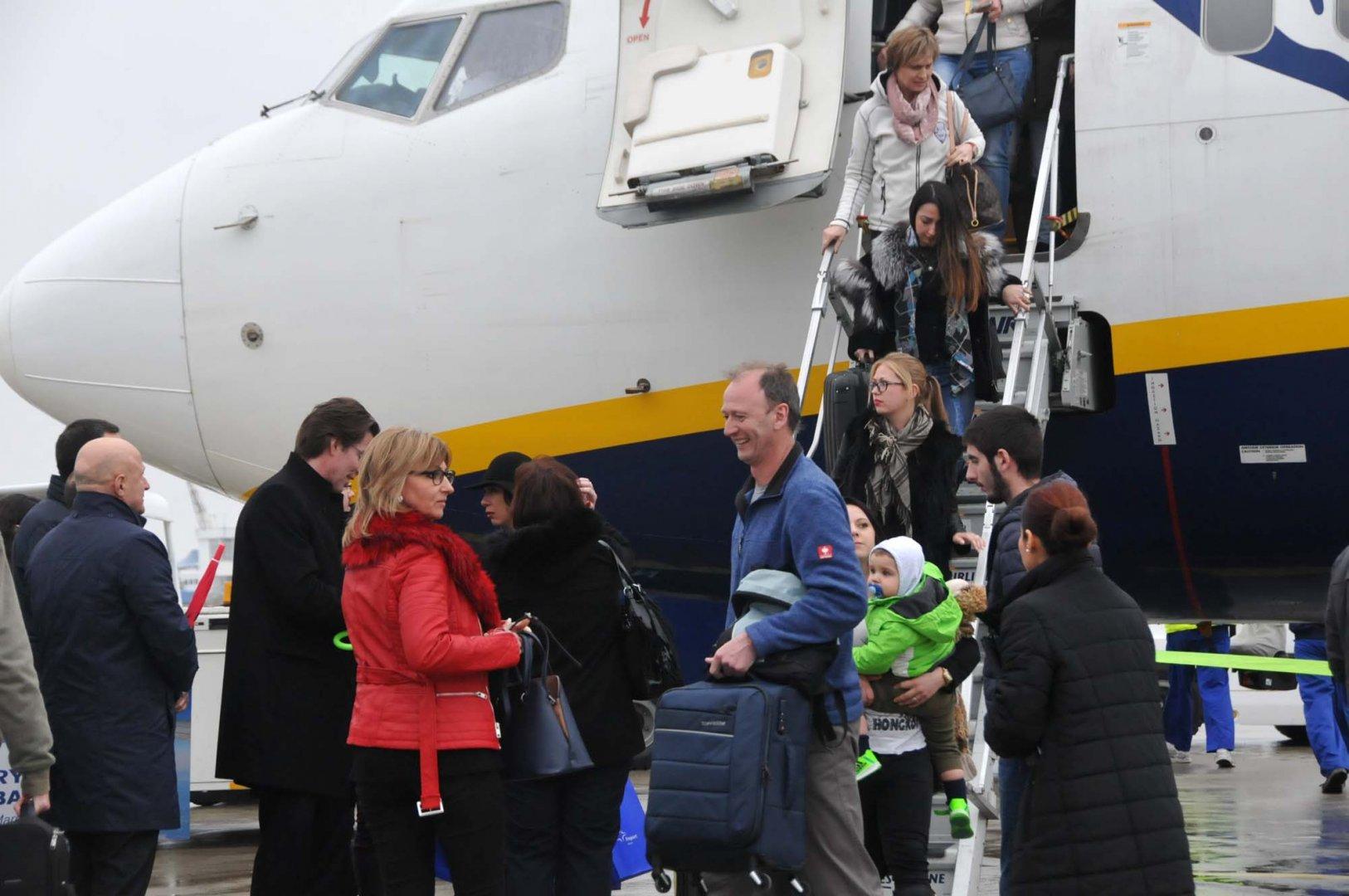 Пътниците от полета от Меминген бяха посрещнати официално на бургаското летище. Снимка Архив Черноморие-Бг