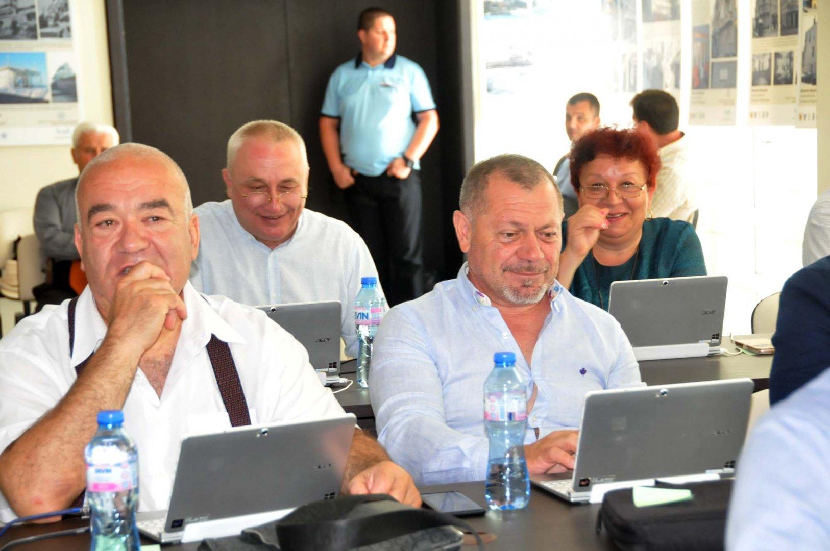 Съветниците гласуваха докладната на кмета Николов за прехвърляне на собствеността на Морското. Снимки Лина Главинова