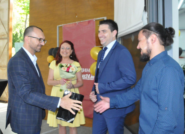 Областният управител на област Бургас Вълчо Чолаков бе сред първите, които поздравиха екипа. Снимки Лина Главинова