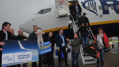 Кметът на Бургас Димитър Николов взе на ръце най-малкият пасажер, който летя до Бургас. Снимки Лина Главинова