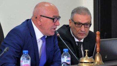 Председателят Костантин Луков (вляво) на няколко пъти призова колегите си как да говорят пред микрофона. Снимка Лина Главинова