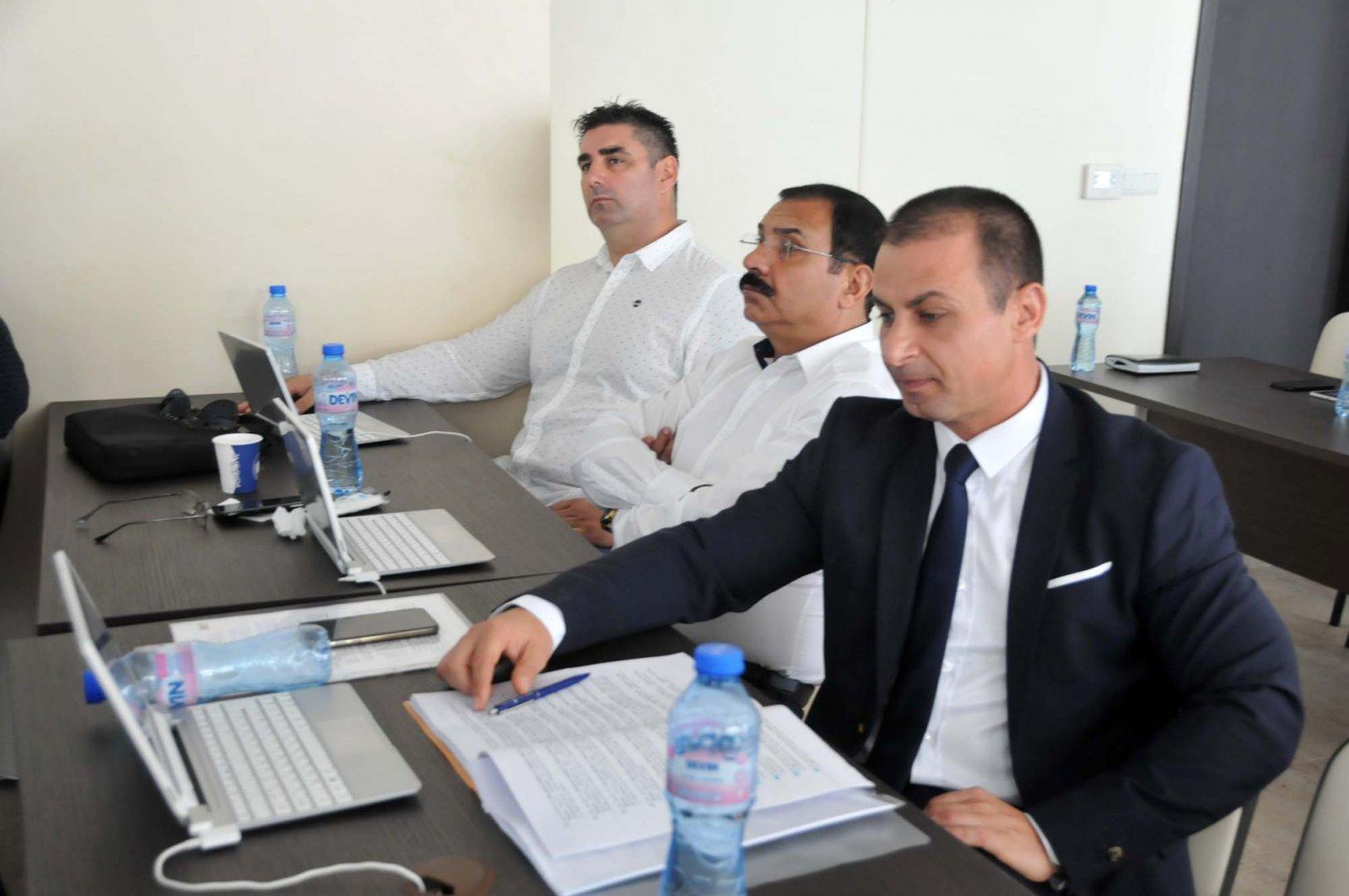 Независимият съветник Живко Табаков (вдясно) зададе няколко въпроса по отношение на докладната записка. Снимки Лина Главинова
