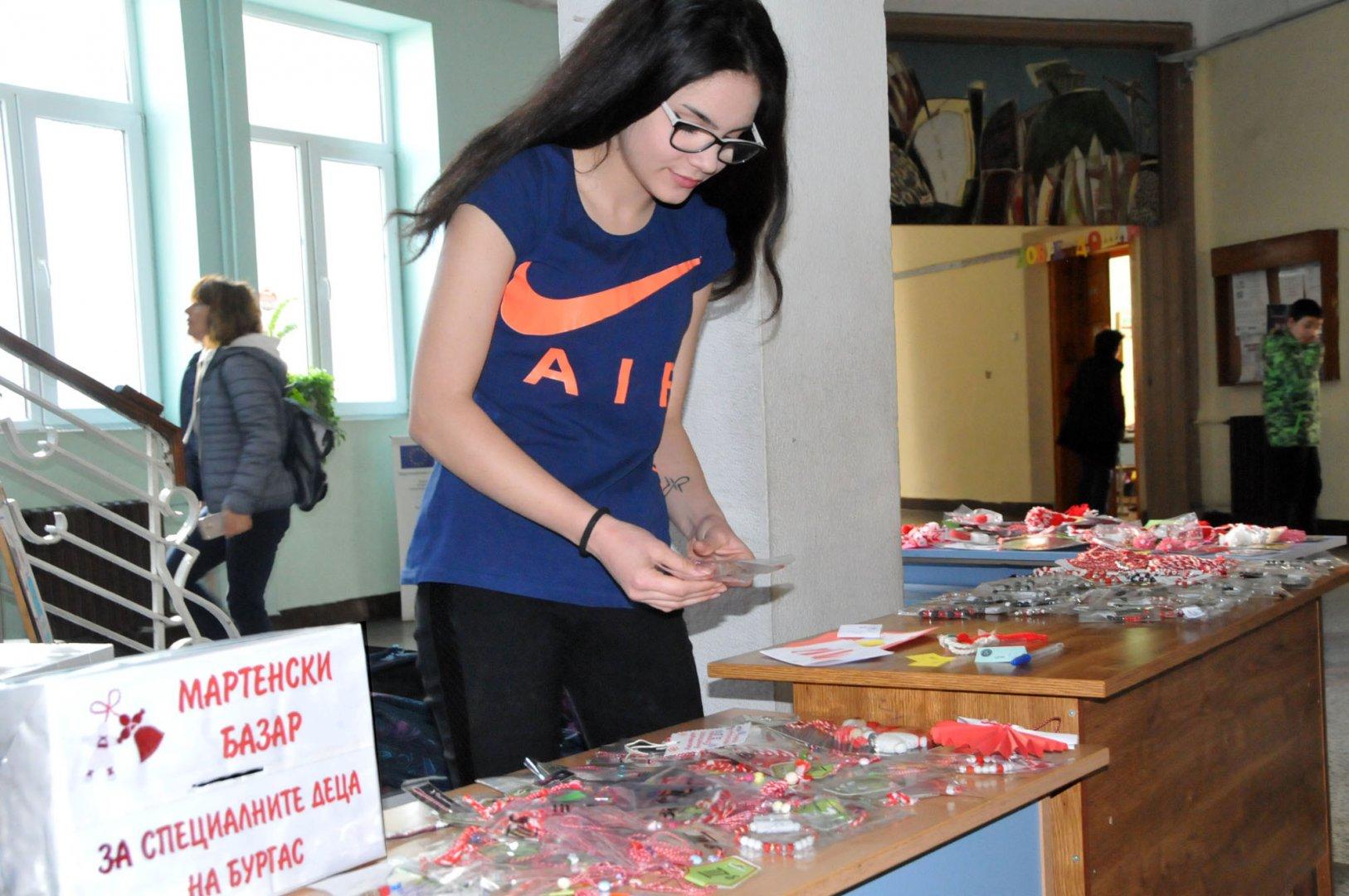 Мартениците са изложени във фоайето на СУ Св. св. Кирил и Методий. Снимки Лина Главинова