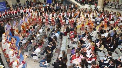 336 ученика бяха наградени за постигнати успехи у нас и в чужбина от кмета Димитър Николов. Снимки Лина Главинова