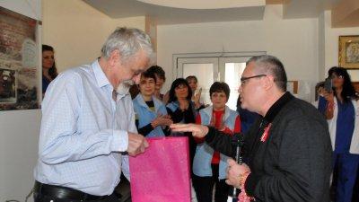 Директорът на СУ Иван Вазов Виктор Григоров подари на управителя на Специализираната болница - д-р Кирил Младенов сувенири, изработени в школата по керамика.