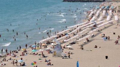 На Централния плаж наемът на чадър е 4 лева. Снимка Лина Главинова
