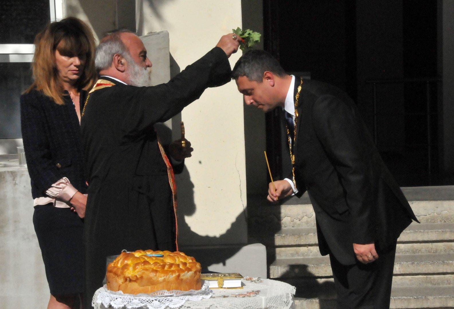 Отец Стоян благослови кмета Георги Лапчев и съветниците. Снимки Лина Главинова