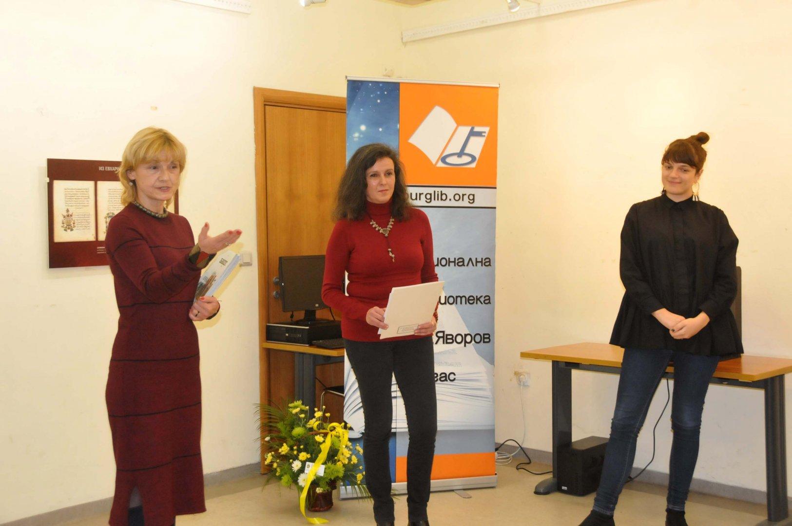 Мария Бенчева (вляво) откри изложбата. Снимки Лина Главинова