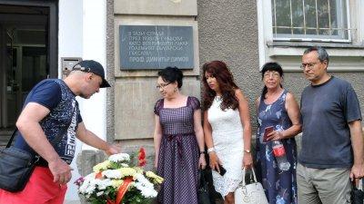 Членове на писателската общност в Бургас поставиха цветя пред паметната плоча на писателя Димитър Димов по случай 110 години от рождението му. Снимка Лина Главинова