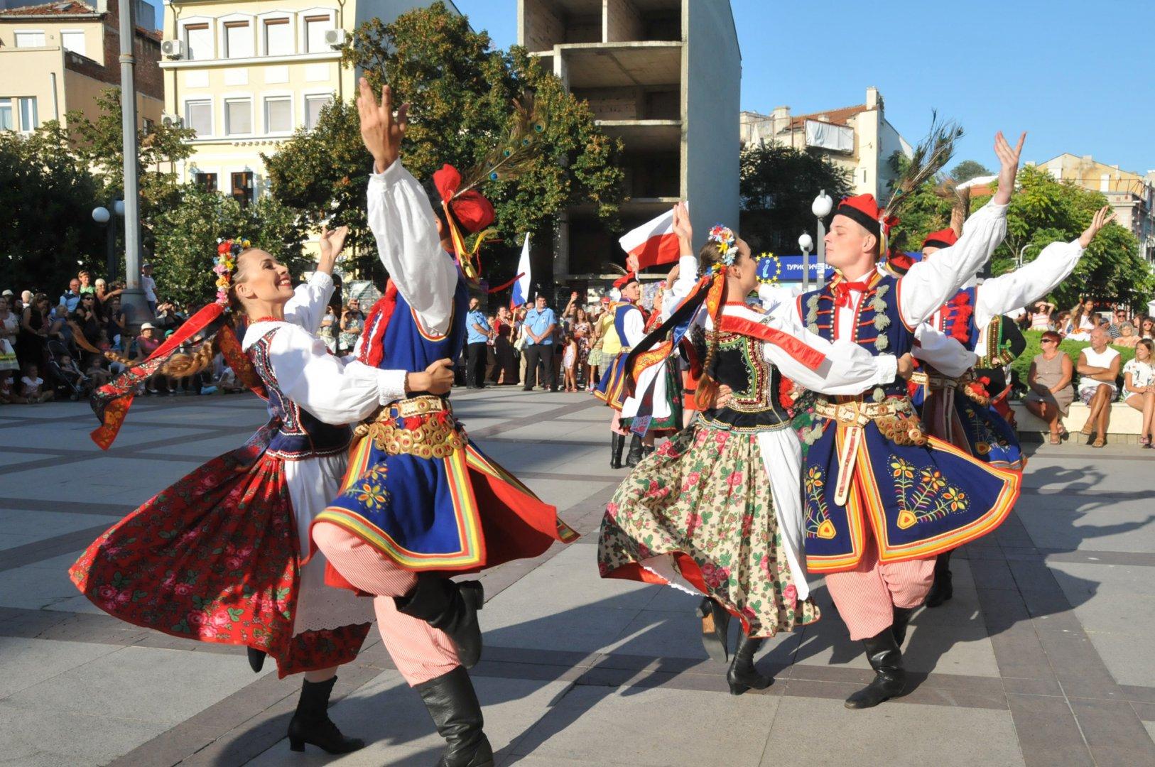 Традиционно съставите участват в шествие, което преминава през централните улици на Бургас. Снимка Архив Черноморие-бг
